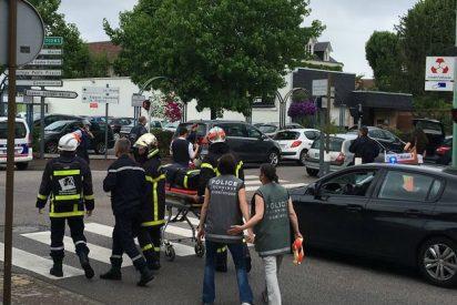 Dos hombres armados con cuchillos secuestran y degüellan al sacerdote en una iglesia de Normandía