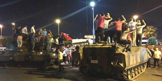 Golpe de estado en Turquía: tanques, cazas y tiroteos... mientras Erdogan pide socorro