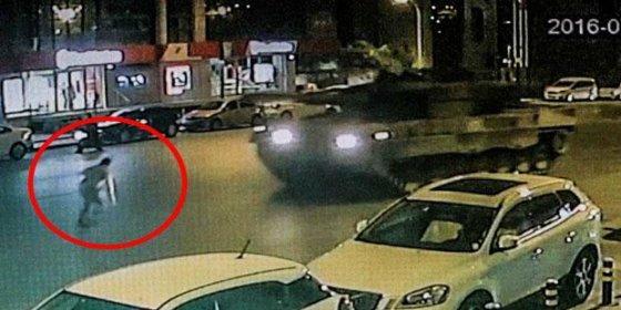 [VÍDEO] Los dos tanques golpistas chafan al turco que intenta detenerlos