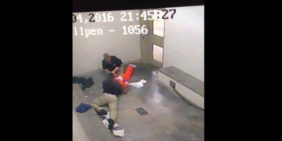 El terrible vídeo del policía que estrangula a un preso en una celda