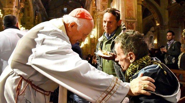 La catedral de Santiago de Chile se transforma en un comedor para transeúntes