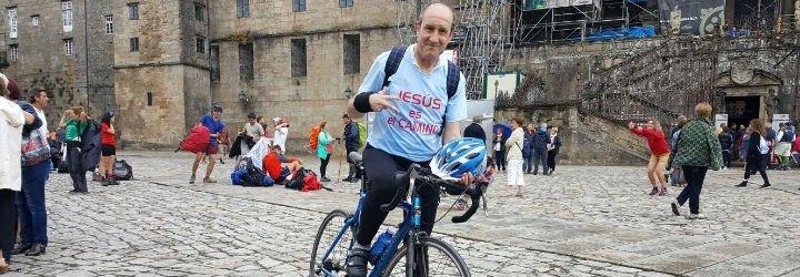 Auxiliar de Santiago peregrinó en bicicleta a Compostela desde Astorga