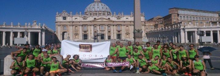 Españoles hacen llegar al papa una camiseta tras llegar a Roma corriendo