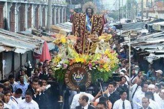 La capital salvadoreña se inunda de fervor religioso con una centenaria procesión