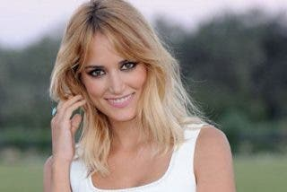 Alba Carrillo ejerce de soltera, encantada con el camarero de 'First Dates'