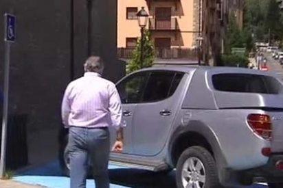 Bárcenas aparca su cochazo en una plaza de discapacitados de un juzgado
