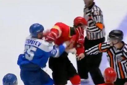 ¡Puños fuera!: Brutal tangana en un partido de hockey hielo