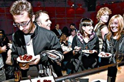 España vuelve a los bares, las tapas y las copas para celebrar la recuperación económica