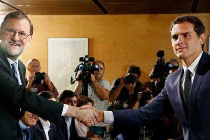 Mariano Rajoy y Albert Rivera firman un pacto de investidura que parece un pacto de Gobierno