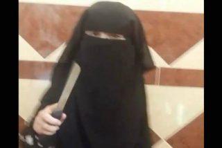 [VÍDEO] La 'angelical cantora' del ISIS decapitando a un satánico muñeco