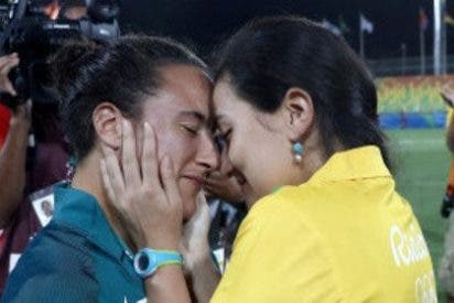 A la jugadora de rugby le hace propuesta de matrimonio su amiga al terminar el partido