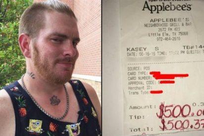 Un acto de amabilidad de un camarero se convierte en una propina de 500 dólares