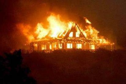 El fuego ha calcinado ya 10.300 hectáreas en el incendio sin control que arrasa California