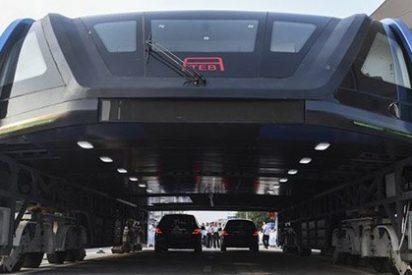El gigantesco autobús chino que va por encima de los coches, ya es realidad