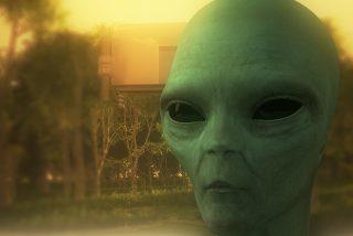 El extraterrestre enano que se pasea por la gasolinera como 'Pedro por su casa'