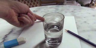 No intentes beberte el agua, este vaso no es lo que parece