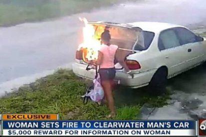 La desquiciada piensa que quema el coche de su exnovio y se queda helada