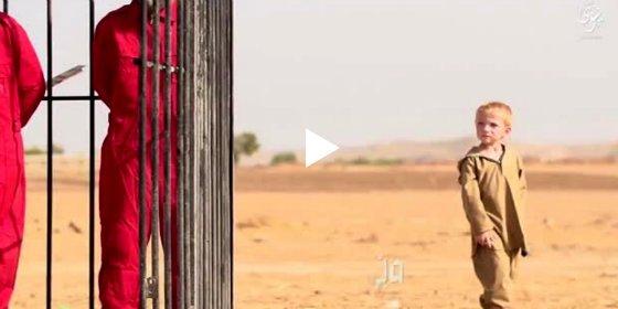[VÍDEO X] El 'enano' rubio del ISIS que aprende a matar entre jaulas y decapitados