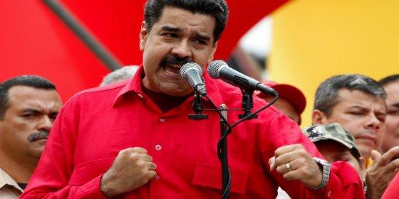 [VÍDEO] Con esta mala hostia pega Maduro a una mujer por sacudir la cacerola