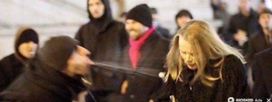 [VÍDEO] El refugiado salido acosa a la rubia alemana y una señora le pone 'calentito'