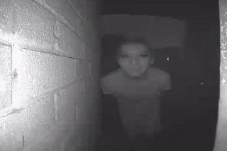 Desaparece tras subir la foto de este tipo tan raro asomándose a su puerta