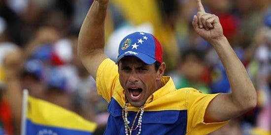 [VÍDEO] Una banda de encapuchados chavistas retiene por las armas al opositor Capriles