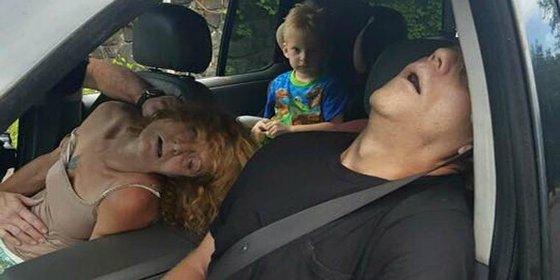 La terrible imagen de unos padres con una sobredosis ante su hijo de 4 años