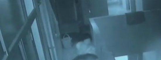 Graban a una mujer loca de celos tirando por el balcón del hospital a su sobrino de 18 días