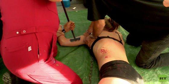 Así marcan a una joven con un hierro al rojo vivo durante 'flashmob' a favor del veganismo