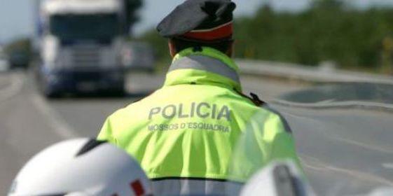 Al menos 23 heridos, tres graves, al volcar un autobús de turistas alemanes en Barcelona