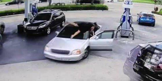 El vídeo de la arrojada mujer que salta sobre el coche del ratero que le roba