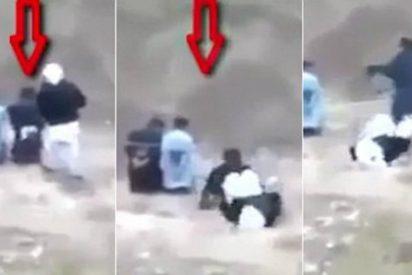 [VÍDEO] El prisionero del ISIS que escapa a punto de ser ejecutado... ¡y mata a sus verdugos como ratas!