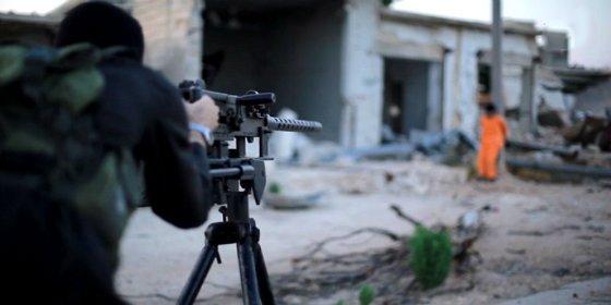 Islam: El verdugo cegato del ISIS que fusila mal al mercenario y corta por lo sano