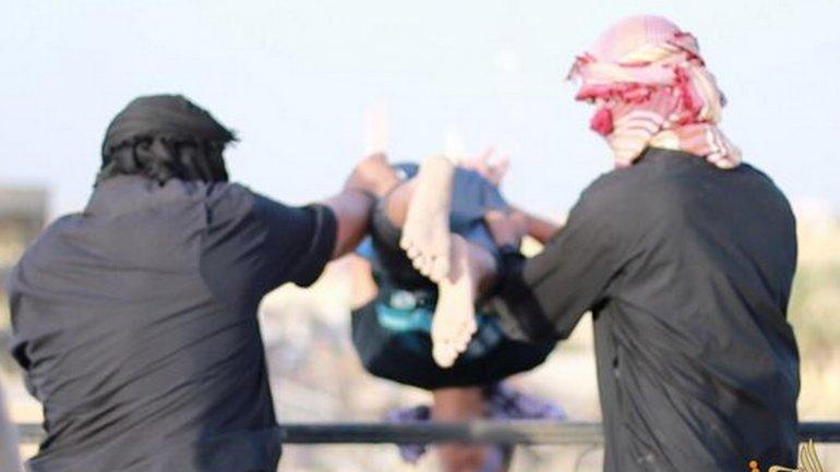 Lo viola un comandante del ISIS y encima es lanzado desde un tejado... ¡como castigo por ser gay!