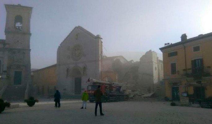 Un nuevo terremoto en Italia provoca el derrumbe de la basílica de San Benedicto de Norcia