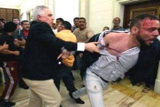 [VÍDEO] El salvaje asalto de una horda chavista a la Asamblea Nacional... abriendo cabezas 'maduras'