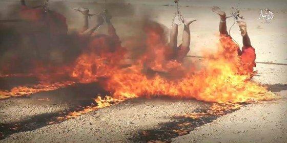 Los comandantes del ISIS queman vivos a nueve desertores en fosos llenos de petróleo