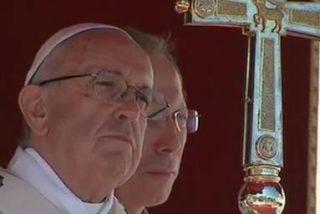 """""""Los santos son hombres y mujeres que luchan y vencen en la batalla de la fe y el amor"""""""