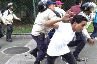 [VÍDEOS] Así pone morados a los estudiantes la desatada policía chavista en Venezuela