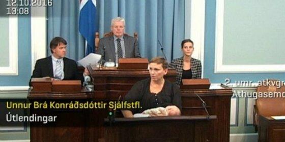 Así da el pecho la diputada islandesa en plena tribuna del Parlamento