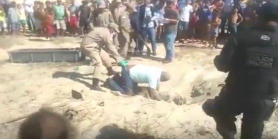 [VÍDEO] El forense borracho cae sobre un cadáver y se queda pegado