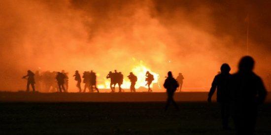 Con esta furia luchan los refugiados en la incendiada 'jungla' de Calais