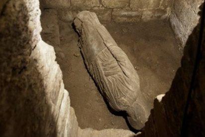 Hallan una escultura medieval enterrada en la catedral de Santiago de Compostela