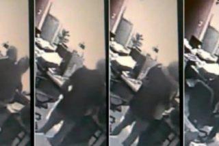 La empleada que le hace una felación al gerente sesentón en plena oficina