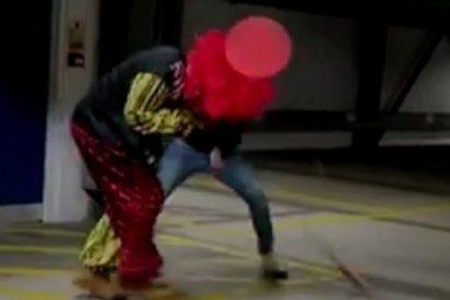 VÍDEO / A este 'payaso asesino' le parten la cara por pasarse de gracioso