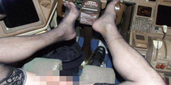 ¡Pitorreo de altura! El piloto en lencería que lleva un Boeing 777 con los pies y viendo porno