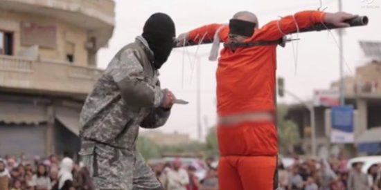 [VÍDEO SIN CENSURA] Los 'pecadores' crucificados por ISIS en plena calle ante un aterrado público