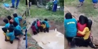 [VÍDEO] Los profesores tiran a las aterradas niñas a un pozo con serpientes pitón