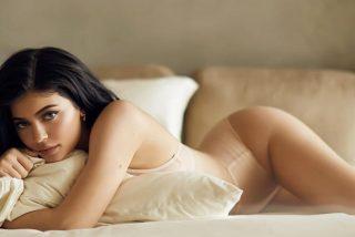 Kylie Jenner saca su fiera interior con animal print y sin ropa interior