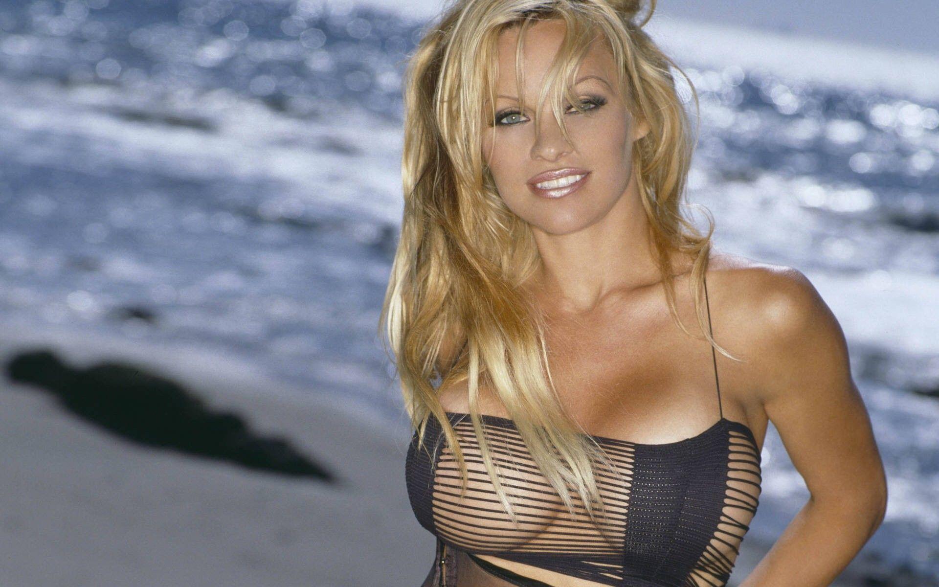 Pamela Anderson muestra el interior de su vivienda en sexy lencería